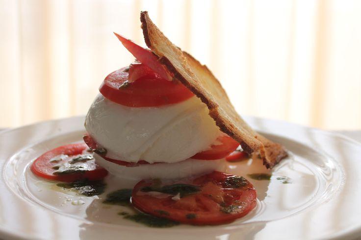 Sandwich di bufala e pomodoro con crema di basilico. Buffalo's mozzarella and tomatoes sandwich with basil cream.
