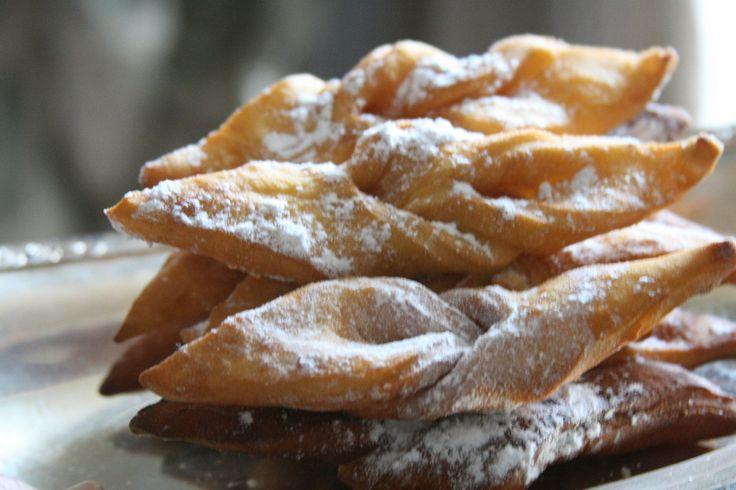 Les Bugnes : 500 g de farine, 100 g de beurre, 60 g de sucre en poudre, 4 œufs, 1 verre de liqueur d'eau de vie ou de fleur d'oranger
