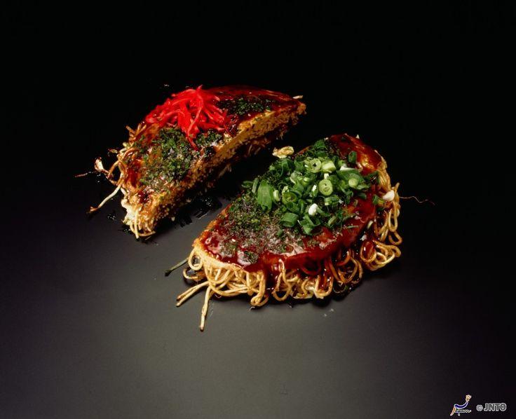 """L'okonomiyaki è un piatto tipico della cucina #giapponese il cui nome deriva dalla fusione delle parole """"okonomi"""", che significa """"ciò che vuoi"""", e """"yaki"""", ovvero """"alla griglia"""". Questo piatto viene realizzato mischiando a un impasto di uova e farina gli ingredienti scelti dal cliente. In molti locali è possibile cucinarsi da soli il proprio """"okonomiyaki"""" su delle piastre calde!  #okonomiyaki"""