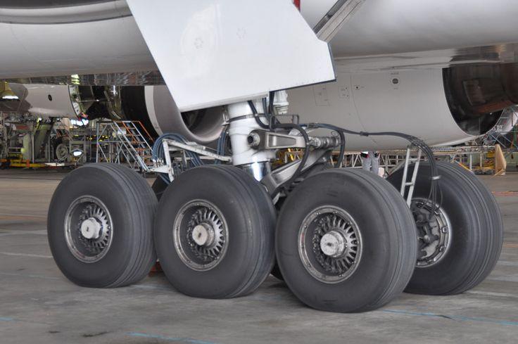 ボーイング 777-200の主脚。1本の主脚につき、3輪×2セット装備。ボーイング 777シリーズの外観上の大きな特徴となっている