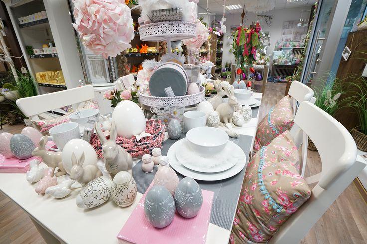Tischdeko für den Frühling mit Osterhasen und Ostereiern sowie Tischsets und Kissen