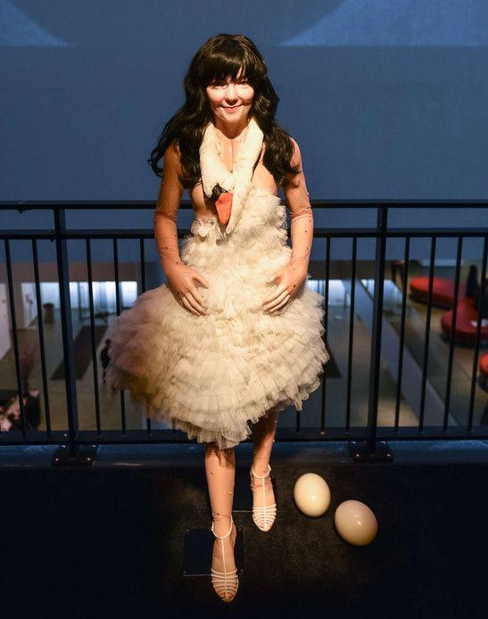 La robe de cygne signée Marjan Pejoski, que portait Björk aux Oscars en 2001