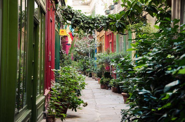 Au 223 rue Saint-Martin, derrière une porte bleue, se cache le Passage de l'Ancr...