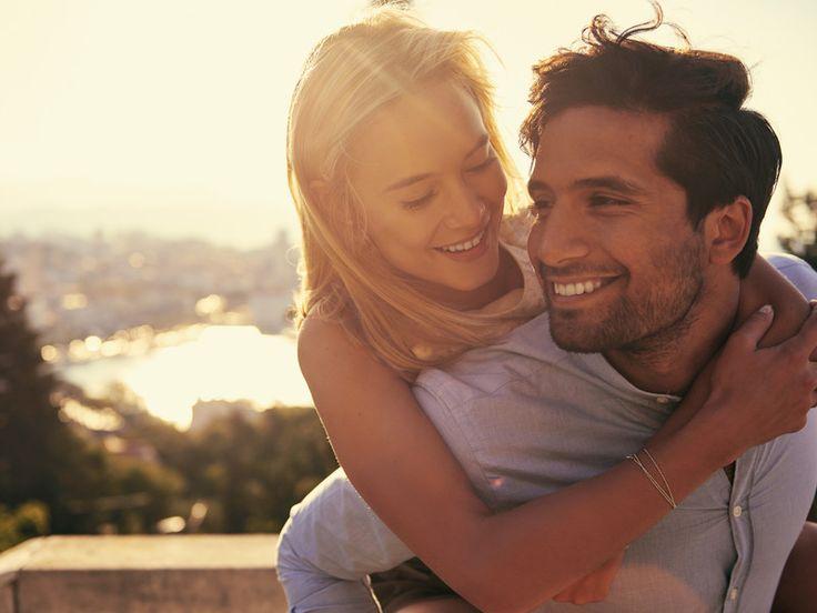 Warum zerbricht die eine Liebe in tausend Teile, während die andere für die Ewigkeit hält? Sind die Gefühle von Pärchen zu Pärchen unterschiedlich stark, oder ist es das Schicksal, das manche Wege trennt? Weder noch, denn es gibt so etwas wie ein Erfolgsrezept, das nur langfristig glückliche Paare verstanden haben und jeden Tag aufs Neue umsetzen.