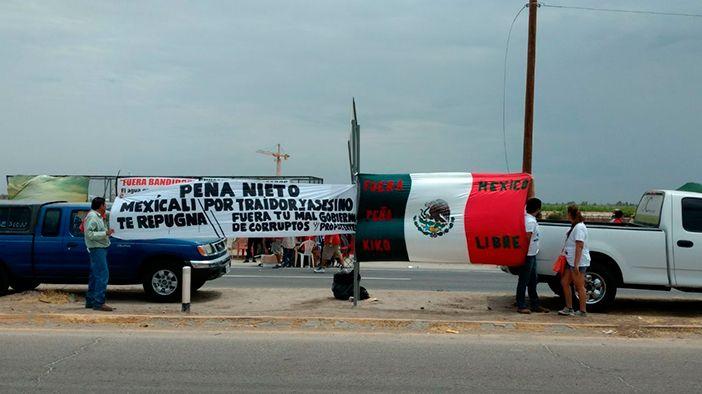 """MEXICALI, BC (apro).- """"Peña Nieto, Mexicali te repugna por traidor y asesino. Fuera tu mal gobierno de corruptos y prepotentes"""", decía una de las mantas que portaban manifestantes en el Valle de Mexicali, lugar al que esta tarde arribó el presidente de la República para inaugurar obras de infraestructura hídrica en la frontera. En compañíaLeer más"""