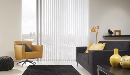Mooie gebroken witte stoffen lamellen in een moderne woonkamer! #stoffenlamellen #lamellen #raamdecoratie