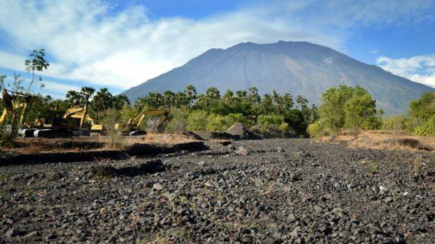 Gunung Agung Bali Mau Meletus di 2017   Dengan perkembangan berita dan banyaknya aktivitas pengungsi yang berasal dari berbagai daerah yan...