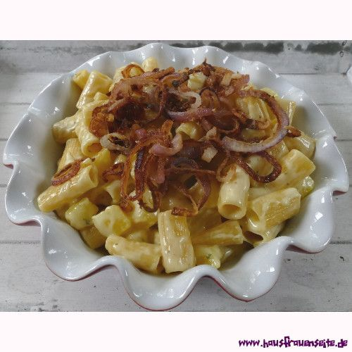 Älpler Makkaroni - schweizer Makkaroni-Rezept Älpler Makkaroni sind ein traditionell schweizer Rezept, bei dem Nudeln mit Kartoffeln, Zwiebeln und Apfelmus kombiniert werden vegetarisch