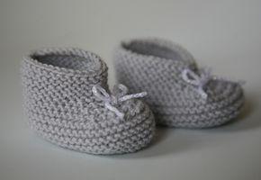 Les petits chaussons pour bébé au tricot                              …