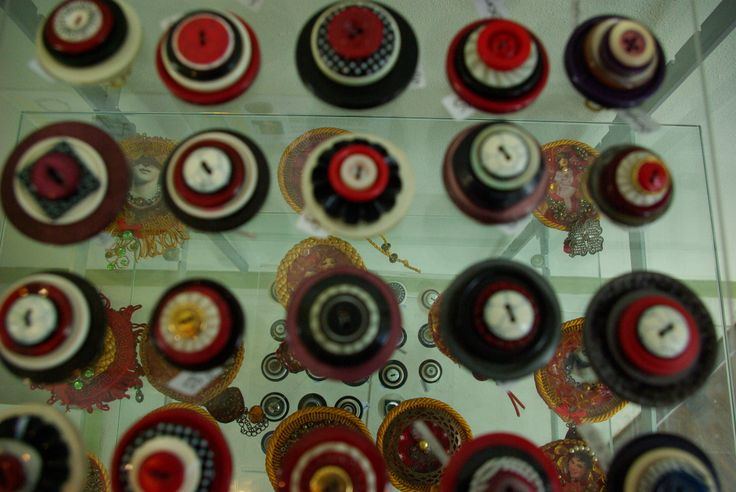 Lots and Lots of button rings! Made from vintage buttons - Sonja Zytkow