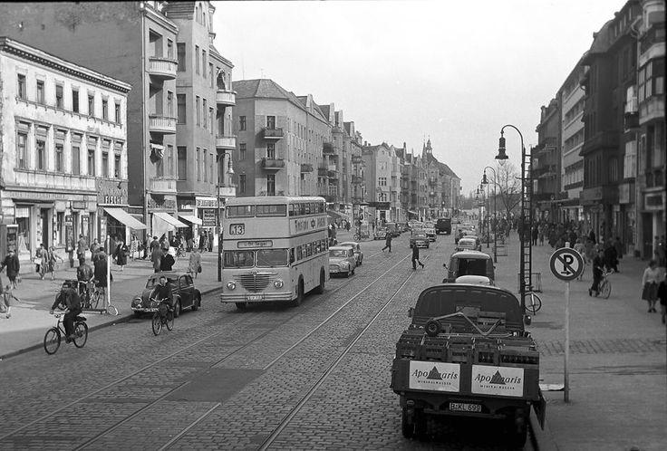 Berlin-Tegel Ende der 60er Schloss-Strasse vom Bus