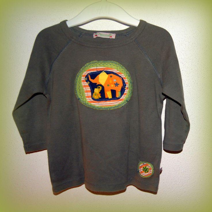 Tríčo s textilní aplikací 1-2 roky - sloníci - kvalitní RECY dětské tričko - 100% bavlna -základní barva khaki zelená,dlouhý rukávek - veselébavlněnéaplikace - přední díl, bavlna zeůená a oranžová, podšitá vlizelínem, pevně přišitá a prošitá. Po praní se stylově otřepí.Veselý dřevěný knoflíček,obrázek dvou sloníků pro štěstí. - ihned ...