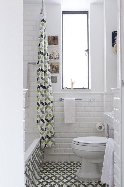 Petite salle de bain lumineuse.  34 Idées De Petites Salles de Bains : http://www.homelisty.com/petite-salle-de-bain-34-photos-idees-inspirations/