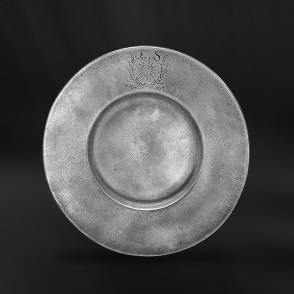 Pewter Plate - Diameter: 24 cm (9,4″) - Food Safe Product - #pewter #plate #dish #peltro #piatto #zinn #teller #zinnteller #étain #etain #assiette #plat #peltre #tinn #олово #оловянный #tableware #dinnerware #table #accessories #decor #design #bottega #peltro #GT #italian #handmade #made #italy #artisans #craftsmanship #craftsman #primitive