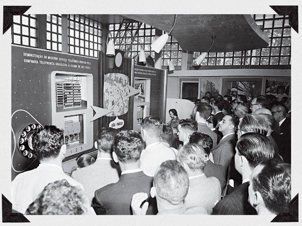 .Editora Globo -  Cerca de 80 mil paulistanos estavam na fila de espera em 1950 para saber o que era ter uma linha telefônica. Enquanto não atendia à demanda, a principal operadora da época (CTB) fazia demonstrações de como o seu sistema funcionava