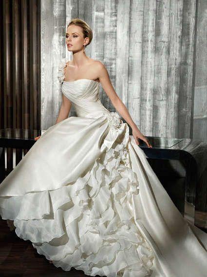 Vends collection cosmo bella,   taille 38 environ  jamais porter     achat 1000€     robe a récupérer sur nice