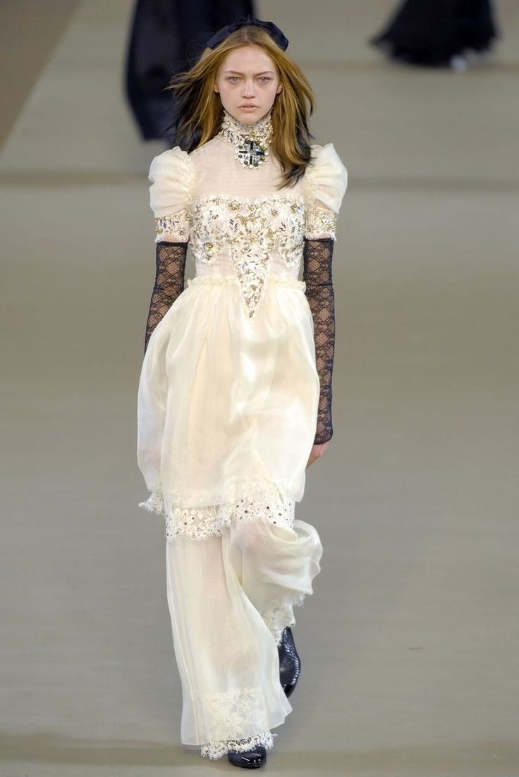 300 best la moda moderna images on pinterest for Coco chanel wedding dress