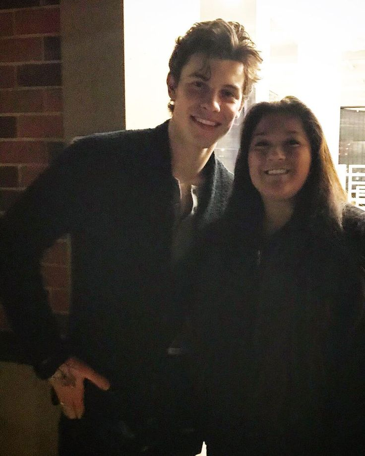 "8,889 curtidas, 36 comentários - Shawn Mendes Updates (@shawnmendesupdates1) no Instagram: ""Shawn with a fan last night at the @g_eazy concert❤️ #jfcshawnmendes"" 25/02/18"