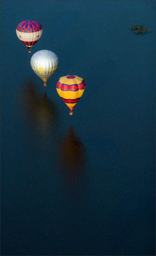 Tres globos aerostáticos...
