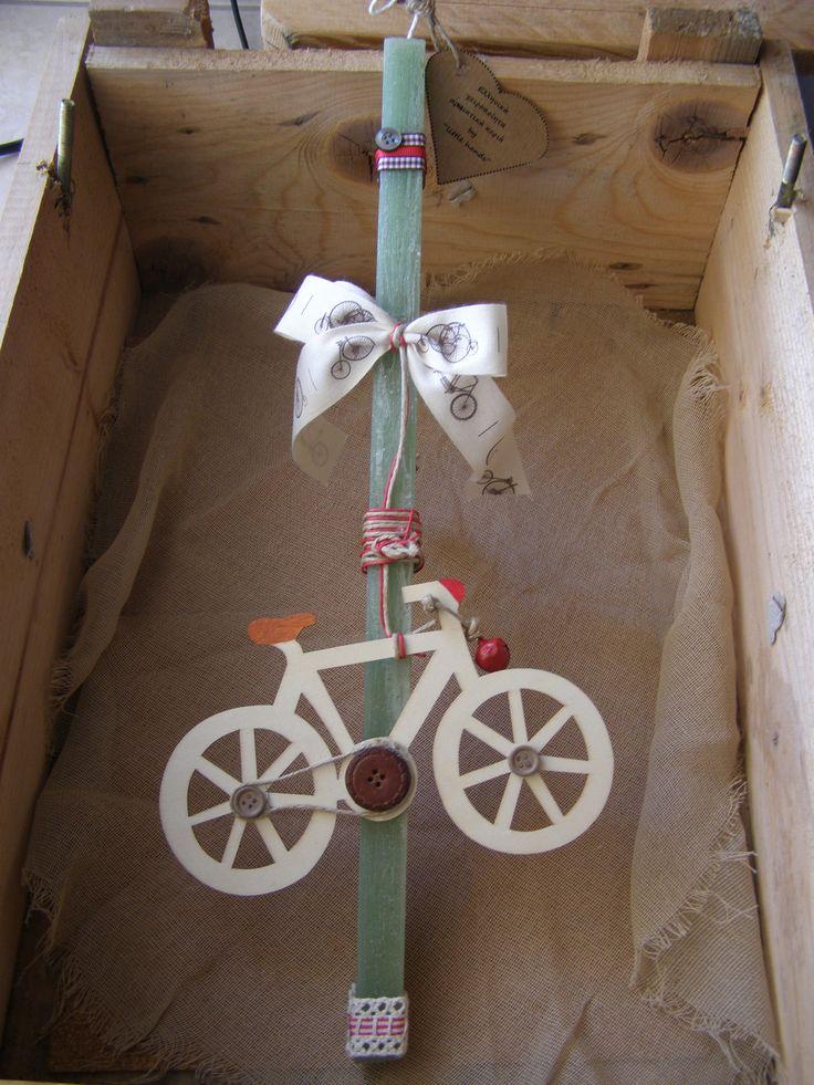 Τετράγωνο σαγρέ κερί με κρεμαστό ξύλινο ποδήλατο με καμπανάκι, διακοσμητικά κουμπιά, σπάγκο, κερωμένο χρωματιστό κορδόνι, κορδέλα θεματική και δαντέλα διπλή με εσωτερική σατέν φάσα !
