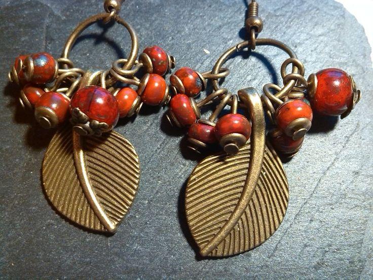 Perles tchèques en grappe et feuille bronze : Boucles d'oreille par perlita-66