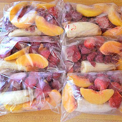 Dans un sac à congélation on prépare quelques fruits épluchés (pomme pêche), des fruits rouges (groseille, fraise, framboise), une demie banane et les matins plus fainéants ou plus pressés, il n'y a plus qu'à verser le contenu d'un des ces sacs dans un blender avec du lait ou du jus de fruit: et un smoothie réalisé...
