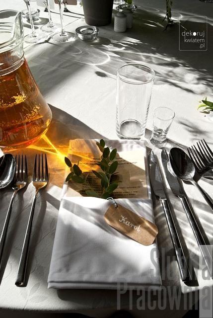 kwiatowa dekoracja serwet na stołach