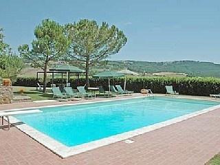 Casa Cerralta sitter på en bakketopp omgitt av Brunello vingårder m / flott utsikt Feriehus i Montalcino fra @homeaway! #vacation #rental #travel #homeaway
