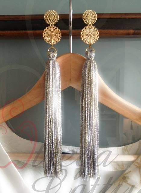 Orecchini pendenti: nappe in fili di viscosa e tranciati in ottone