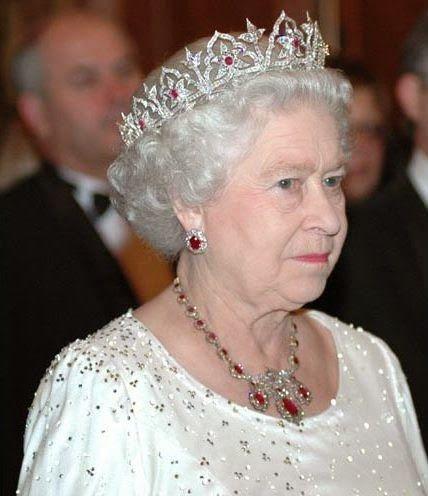 La Reina Isabel II de Reino Unido de Gran Bretaña e Irlanda del Norte, luciendo la Tiara de Rubíes Indios. Al ser parte de la colección real, con su llegada al trono, Isabel II podría haberla usado, pero prefirió dejársela a su madre. Desde el fallecimiento de la Reina Madre en 2002,  su hija sólo ha usado la Tiara en su visita a Malta, en 2005.