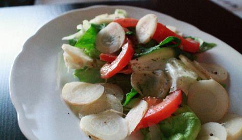 Blattsalat mit Tomaten, Knoblauch, Zwiebel und Wurzelpetersilie