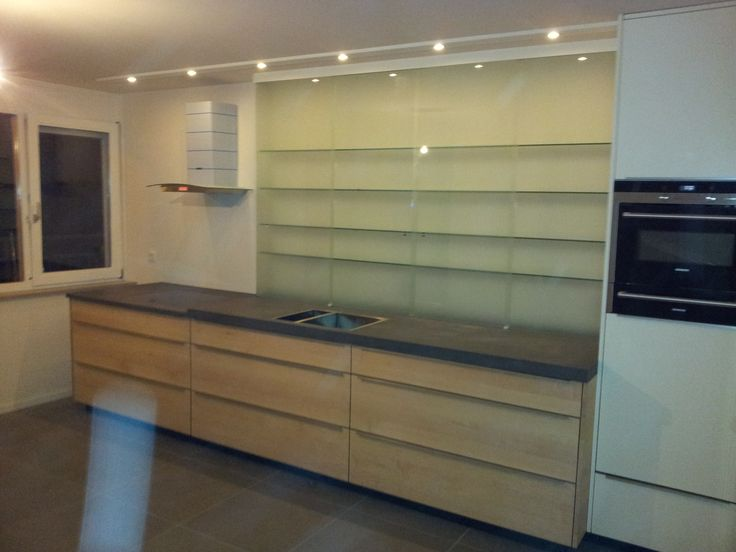 Keuken met esdoorn front, keramisch blad en glazen wandkast. Hoge kasten gespoten. (ontwerp: Femke Bijlsma)