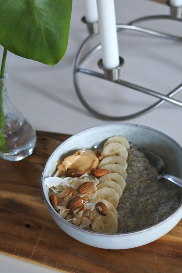 Havre/chiagröt med banan, kokosflakes, mandlar och jordnötssmör.