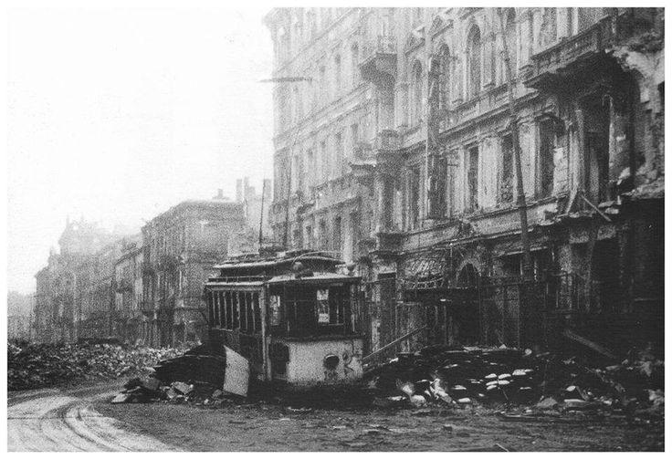"""Jesień 1944 - zgliszcza na ulicy Marszałkowskiej. Miasto wymarłe, spalone, obrabowane; miasto które chwilę wcześniej straciło jakieś 200 tysięcy mieszkańców. Zdjęcie wykonał Niemiec - Joe Heydecker. Po prawej kamienica pod numerem 125, przed wojną mieszcząca kino """"Capitol"""" - to do niego wiodło wejście z ozdobnym daszkiem."""