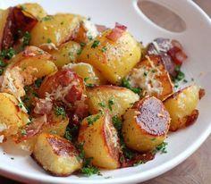 Υπέροχες πατάτες στο φούρνο, τραγανές έξω και μαλακές μέσα, με μπέϊκον και παρμεζάνα και σκόρδο. Μια πολύ εύκολη συνταγή για ένα πικάντικο, πεντανόστιμο με