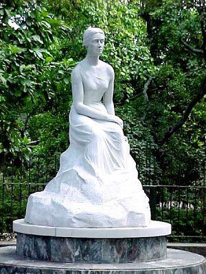 Parque Los Caobos Una de las más bellas esculturas presentes en el Parque Los Caobos, es la escultura de la escritora venezolana Teresa de la Parra. La escultura obra de la escultora venezolana Carmen Cecilia Caballero de Blanch resalta por la pureza de los rasgos en el mármol blanco.