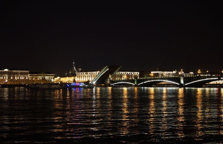 Szczególnie nocą można podziwiać wspaniałe widoki wzniesionych mostów zwodzonych w Sankt Petersburgu. Rosja. Fot. Jan Gołąb