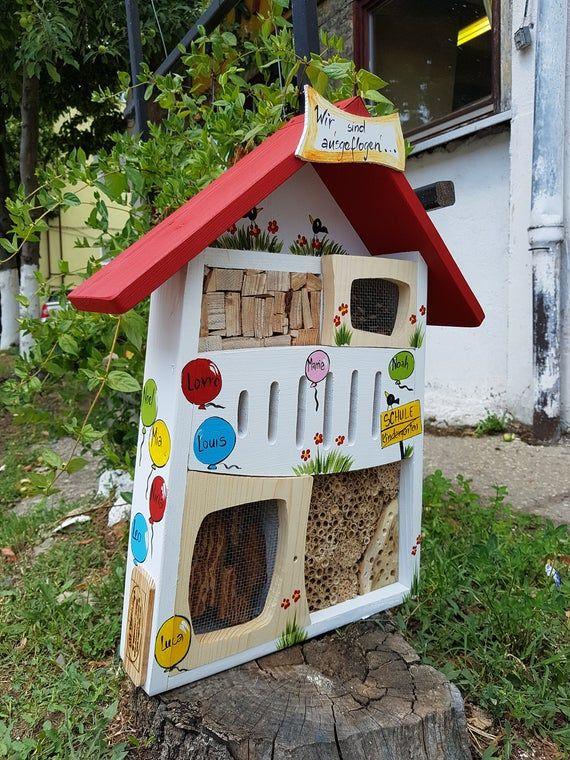 Abschiedsgeschenk Kindergarten Insektenhotel Bienenhotel Personalisiert Mit Namen Der Kinder Spruch Wetterfeste Farben Handbemalt In 2020 Farewell Gifts Kids Gifts Bird House