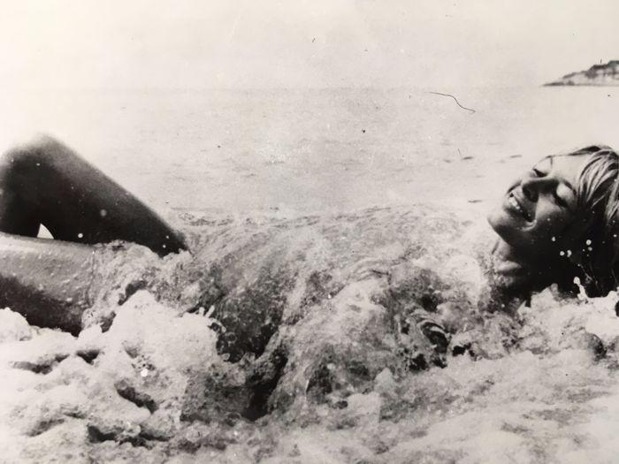 """AFP - Brigitte Bardot op het strand (1960)  Afmeting - 24 x 175 cmIn goede staat.Brigitte Bardot (genoemd """"BB"""" initialen) 28 September 1934 geboren in Parijs is een actrice model zangeres en activist van de Franse dierlijke oorzaak.Vrouwelijke karakter van de jaren 1950 en 1960 ze is een wereldwijde ster muze van de grootste kunstenaars terug dan. Embleem van de vrouwenemancipatie en de seksuele vrijheid ze begint met """"kind woman"""" rollen dan speelt """"femme fatale"""" rollen.Bijgehouden…"""