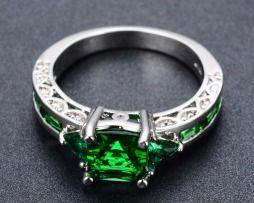 Luxusný dámsky prsteň zo zliatiny bieleho zlata s emeraldami