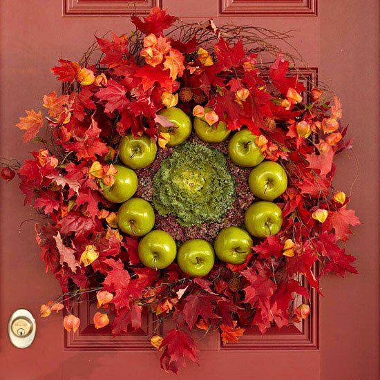 orginales-idées-de-déco-automnales-pommes-vertes-feuilles-porte-entrée