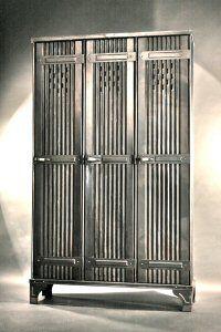 Vestiaire d'usine vers 1930, de la marque Strafor (Les Forges de Strasbourg), beau modèle 3 portes, métal ondulé, possibilité nombreuses étagères intérieur, assemblage entièrement riveté, existe aussi en 2, 4 et 5 portes suivant arrivage. Métal graphite.