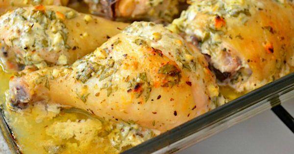 KUŘE S ŘECKOU MARINÁDOU   Skvělé jídlo pro celou rodinu. Řecké kuře z trouby. Marináda na bázi jogurtu, citronové šťávy a bylinek s kuřecími stehny je typická pro středomořskou kuchyni. Kuřecí stehna můžou být nahrazeny jakoukoliv kuřecí částí, bude to chutnat stejně skvěle. Příprava je velice jednoduchá a pochutnají si všichni členové rodiny. Co budeme potřebovat : 1 polévková lžíce …