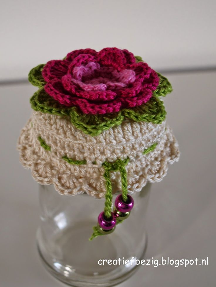 Een link naar een gratis Nederlands haakpatroon van een leuk omhaakte deksel van een potje met een bloem erop. Kom voor het haakpatroon snel verder!