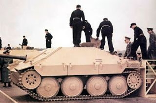 """Adolf Hitler inspecionando o caça tanks Hetzer. Adolf Hitler inspecionando dentre os primeiros vinte Jagdpanzer 38 (Sd.Kfz.138/2) """"Hetzer"""" durante a apresentação oficial para o 55º aniversário do Führer em Arys (Orzysz) na Prússia Oriental, em 20 de..."""
