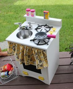 Easy DIY play kitchen made from an old night stand. Great for the kid's imagination!