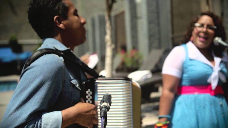 (HD) LA SANTA CECILIA / LA MONEDITA : AMPLIFICADO (LOS ÁNGELES, USA)