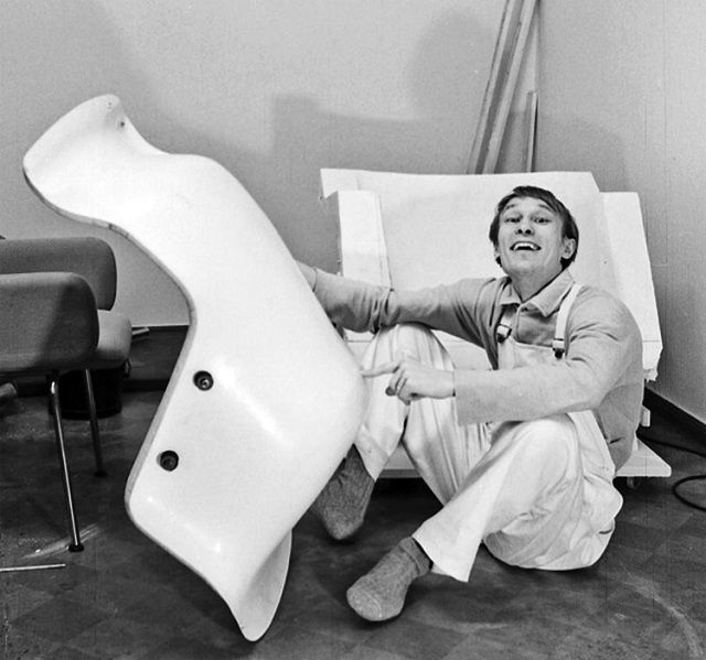 Yrjö Kukkapuro with a prototype of his Karuselli chair, 1964.
