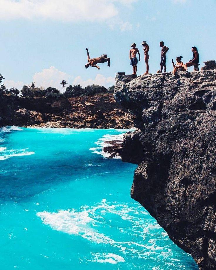 Blue Lagoon, begitulah tempat ini dinamakan. Jika dolaners ingin terjun bebas dari ketinggian 14 meter dan langsung disambut lautan bebas dengan kedalaman 3-4 meter, Cliff Jump Point Nusa Ceningan adalah tempatnya. Disini dolaners bisa memacu adrenalin dolaners untuk melakukan hal-hal yang menantang.