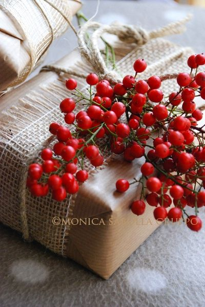 Kraft paper, burlap, twine, & Nandina berries. Many other natural Christmas gift wrap ideas on the site / © Monica Sabolla Gruppo @ The White Bench